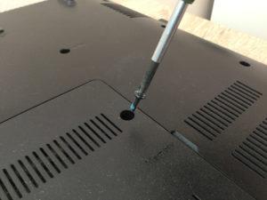 wkręcanie śrubki do laptopa